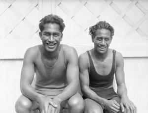 Duke (L) and Sam Kahanamoku. Image from http://tinyurl.com/omor2z9